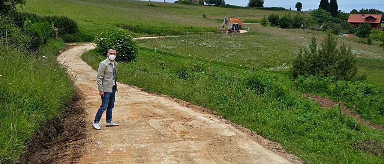 Iván Fernández, ayer, durante su visita a las obras en la Senda Verde del Agua.