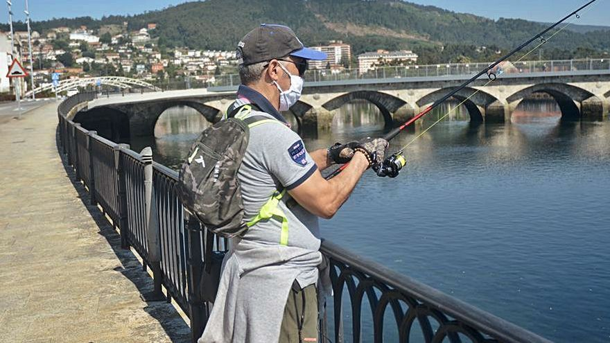 Permiten la pesca recreativa, con limitaciones, en cinco puertos autonómicos, pero se prohibe en As Corbaceiras, Sanxenxo y Raxó