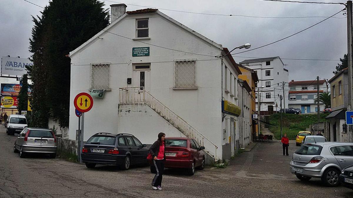 Edificio de la antigua oficina de Correos de Chapela, que será derribado para ampliar la calle.     // FDV