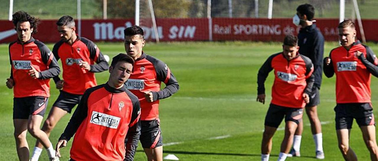 Los jugadores del Sporting entrenan ayer en Mareo.
