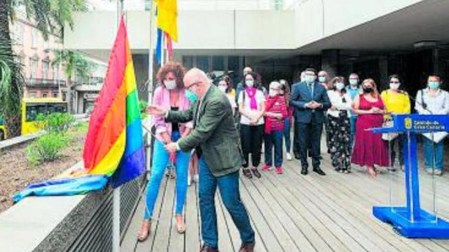 Morales iza en la Casa Palacio la bandera arcoíris para celebrar el Día del Orgullo LGTBI