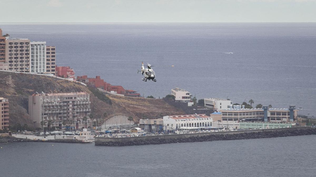 Un helicóptero de la Guardia Civil busca rastros del padre y las niñas desparecidas en Tenerife.