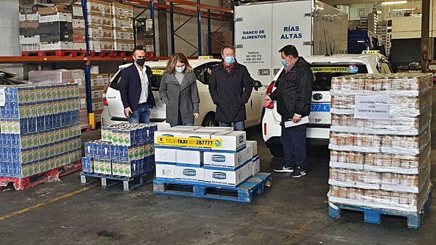 La asociación Teletaxi hace una donación de productos al Banco de Alimentos Rías Altas