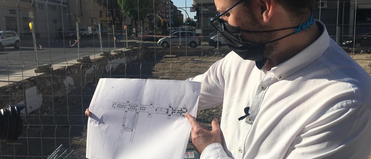 El concejal Fernando Portillo mostrando el plan de las obras proyectadas en la avenida Felipe V.