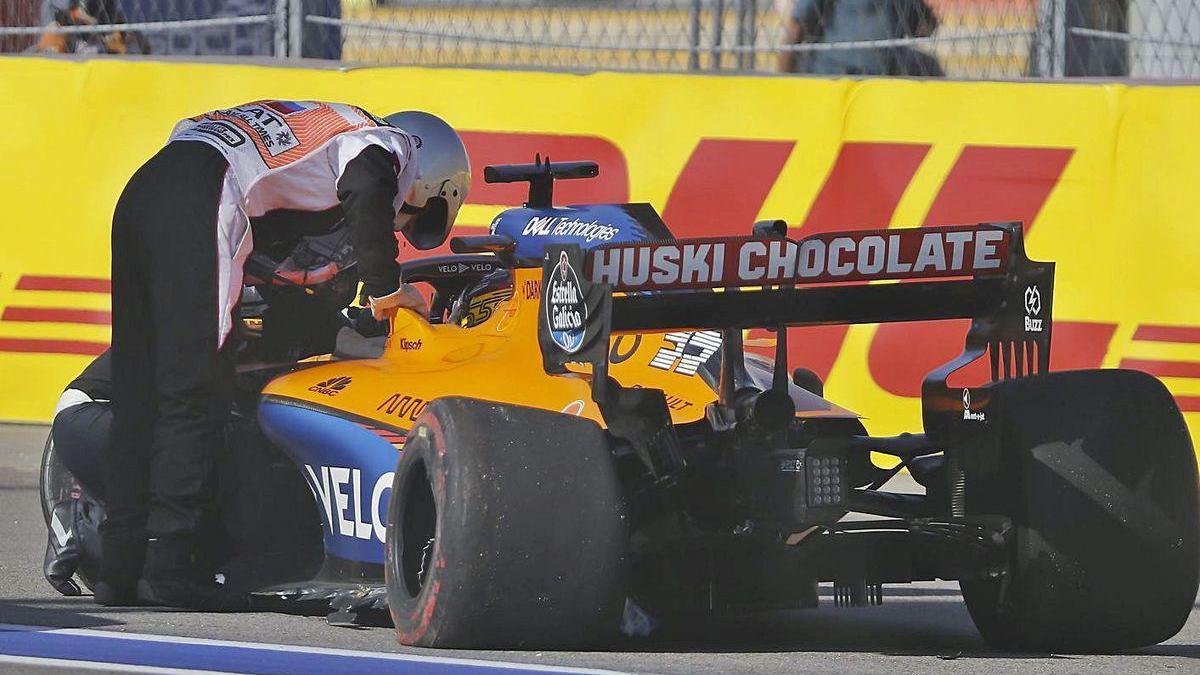 Un comisario de carrera se interesa por Carlos Sainz tras la colisión.