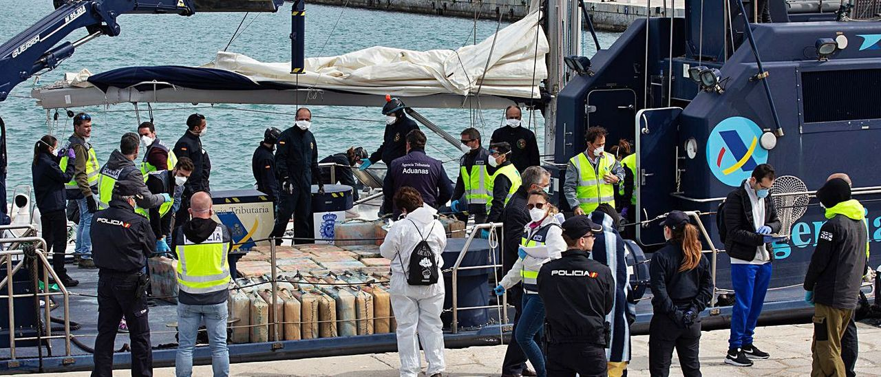 La droga intervenida en el Phase One,  tras ser trasladada al puerto de Eivissa.