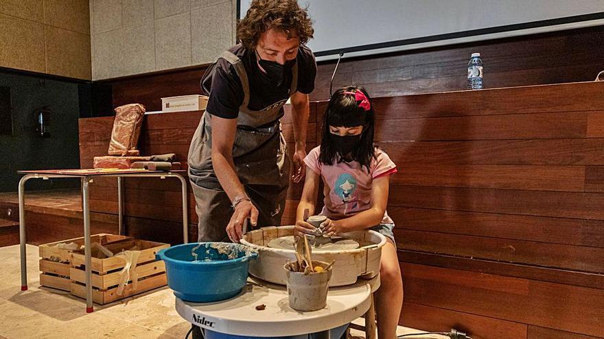 Los niños zamoranos descubren el barro en el Etnográfico