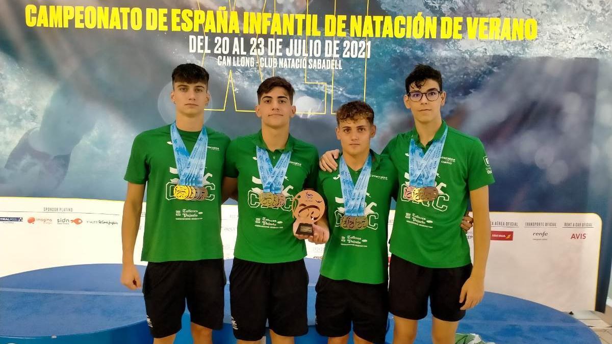 Pablo Vargas, Guillermo Aragón, Miguel Ángel Reche y Pablo Camargo, con el trofeo de bronce por clubs ganado por el Natación Córdoba.