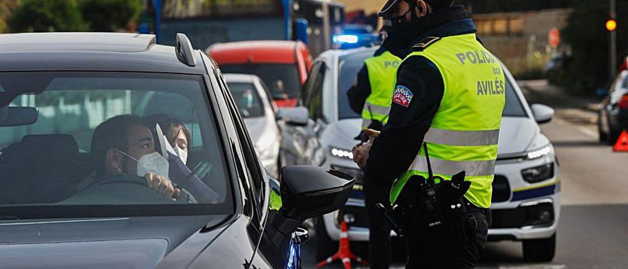 Agentes de la Policía Local en un control de accesos a Avilés.