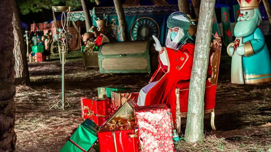 La historia de los Reyes Magos de Oriente llena el parque de l'Aigüera de Benidorm