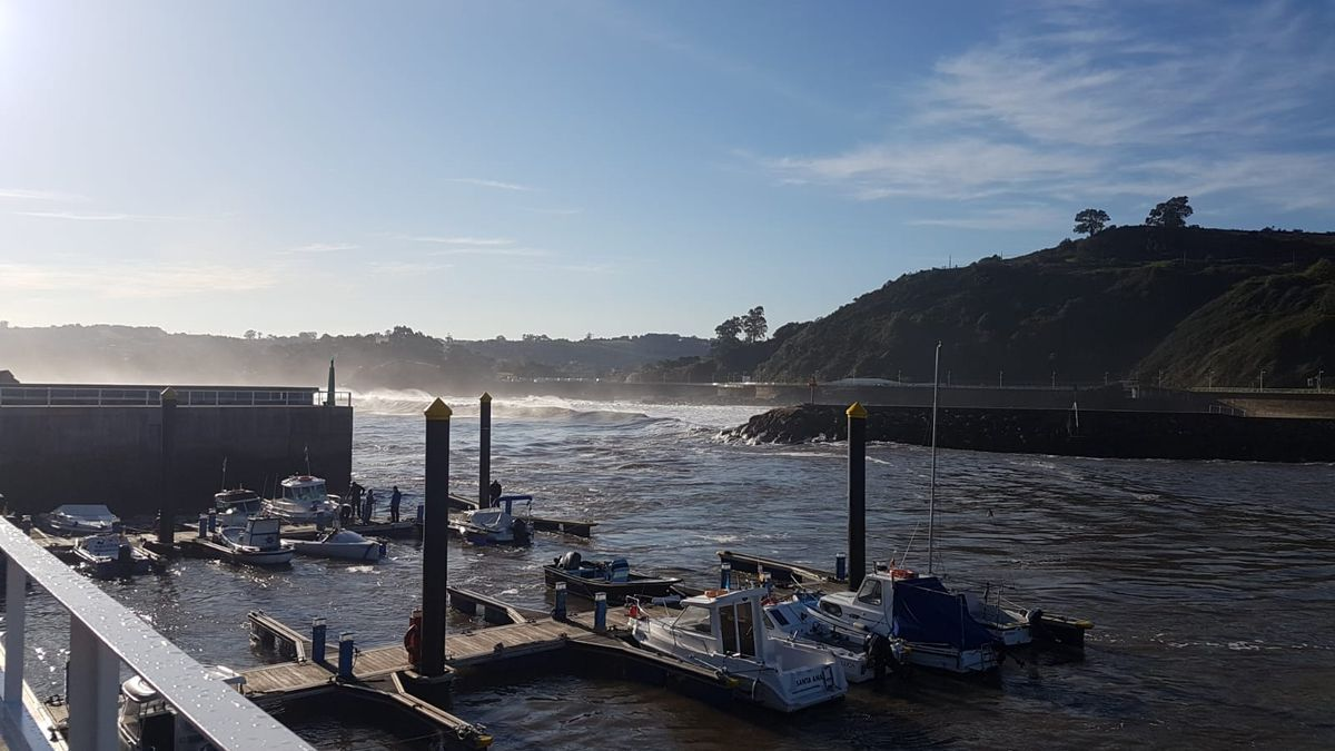 Se hunden al menos cinco embarcaciones en el puerto de Candás por el fuerte oleaje