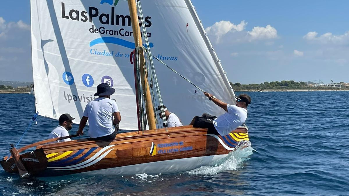 El bote de vela latina 'Las Palmas de Gran Canaria' en aguas de Mallorca.