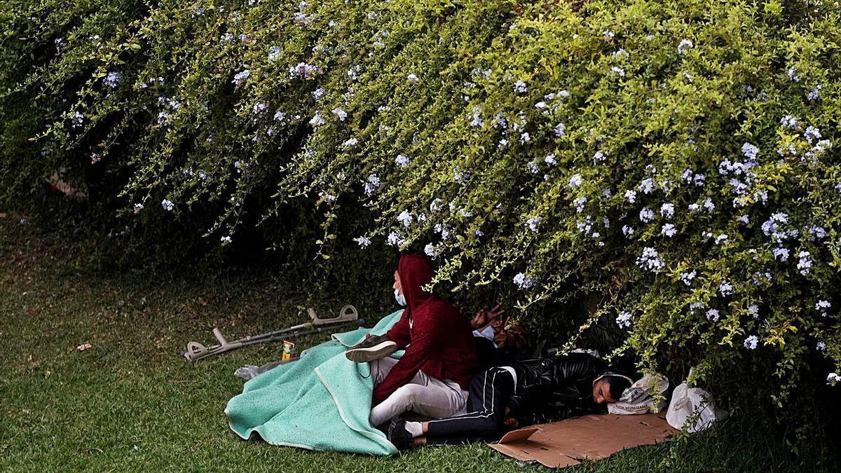 Diversos menors descansen en un parc de Ceuta. | JOSÉ LUIS ROCA