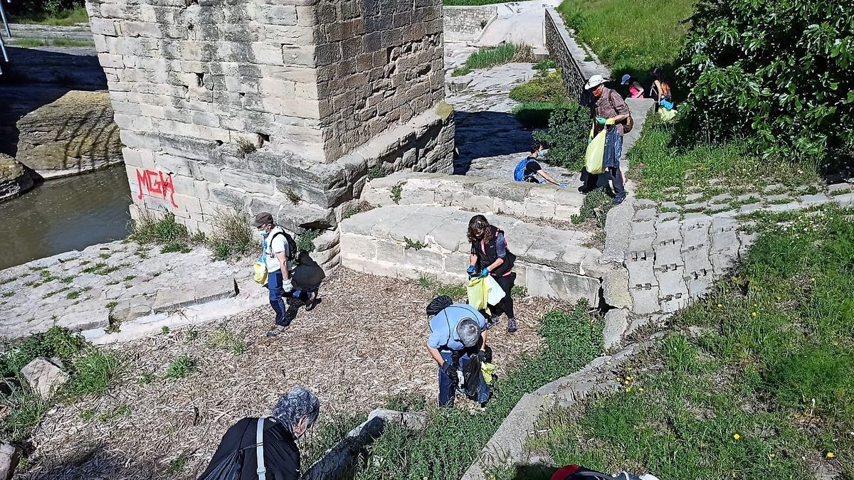 Segona neteja perimetral, el 8 de maig, a l'entorn del Pont Vell, de Sant Pau i del Pou de Llum, i que va reunir una quarantena de persones