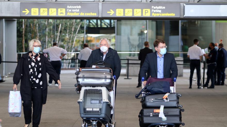 Turistas llegan al aeropuerto de Málaga el lunes 24 de mayo, tras relajarse las restricciones