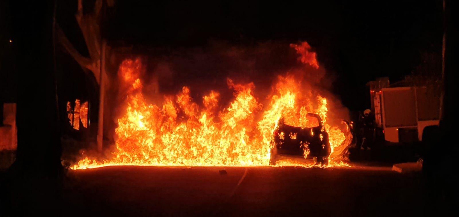 Las llamas calcinan un turismo en Monte Lentiscal