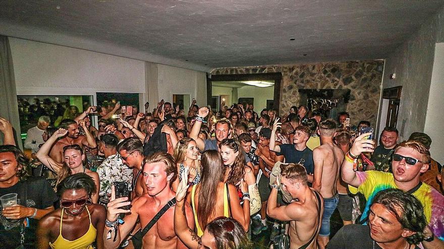 Una presunta trabajadora del IB-Salut vende entradas a fiestas ilegales en Ibiza
