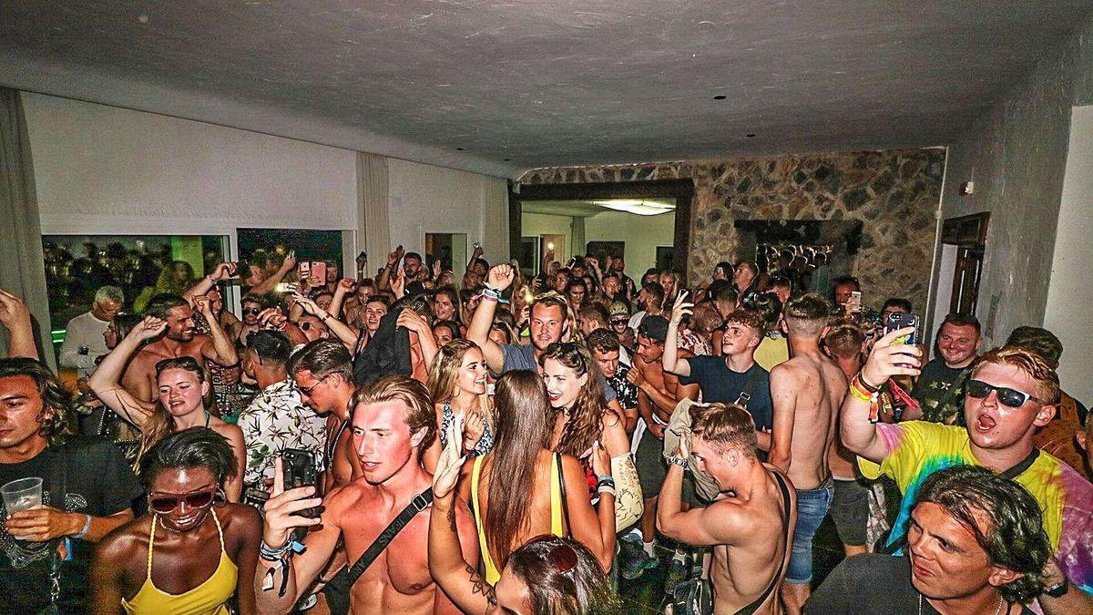 Imagen de una fiesta ilegal celebrada en una vivienda turística de Ibiza en 2018