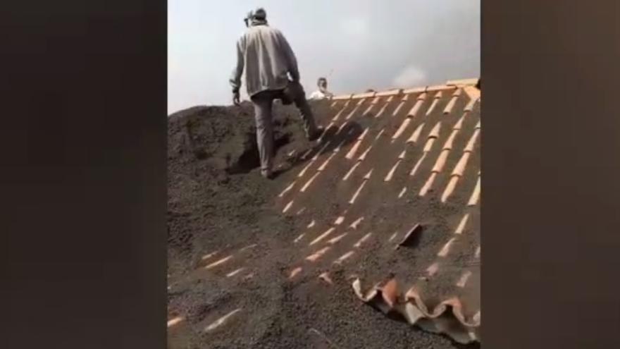 Casas bajo las cenizas del volcán de La Palma