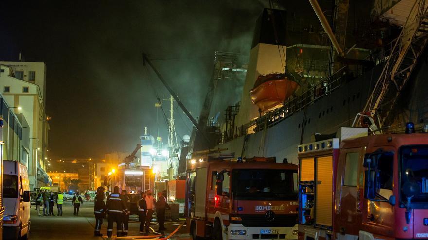 Los bomberos finalizan la extinción del incendio del pesquero ruso en Las Palmas