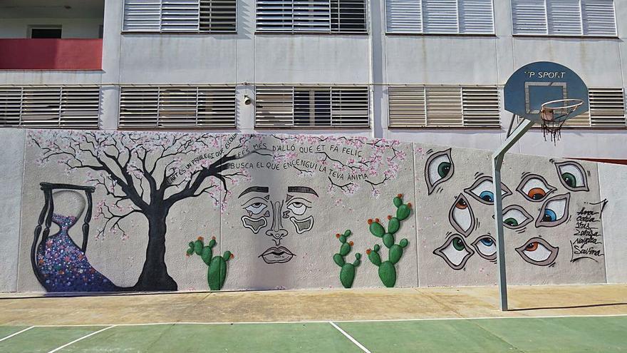 Siete alumnas de bachillerato pintan un mural en Formentera