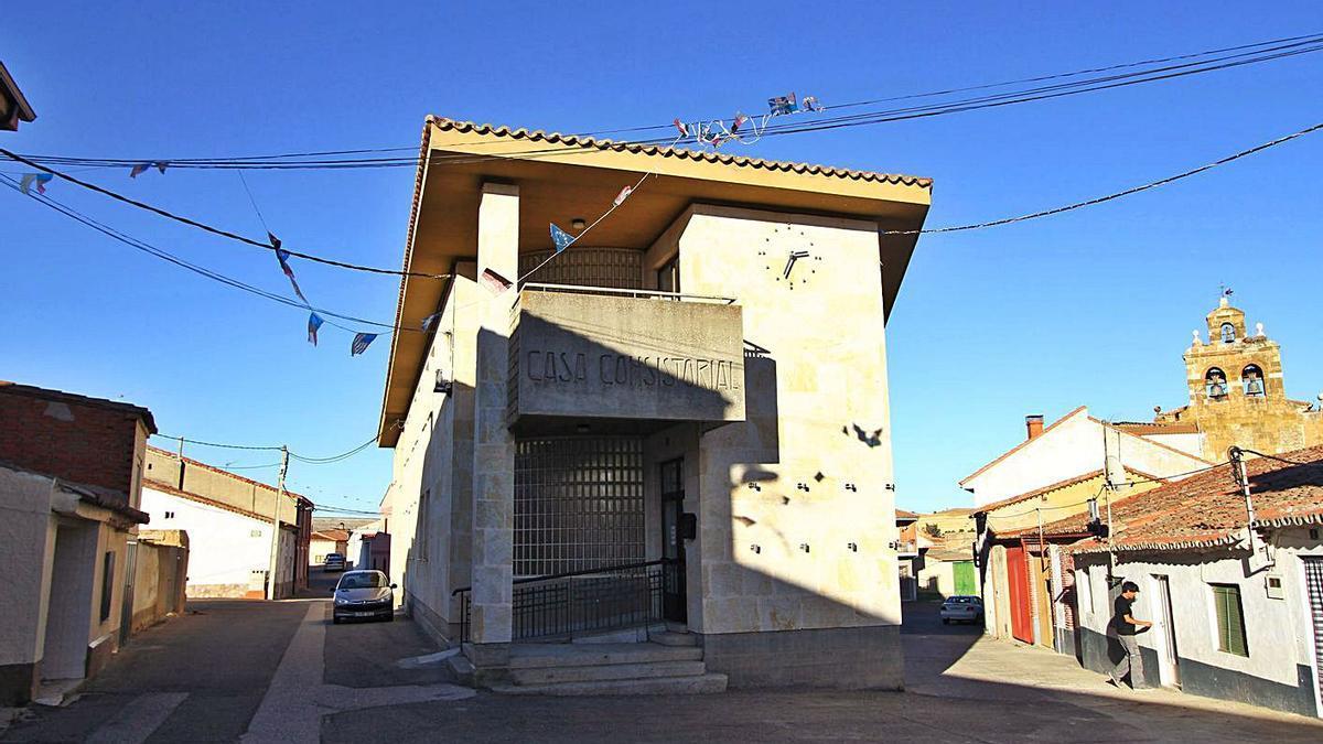 Fachada del Ayuntamiento de la localidad de Coreses.   E. F.