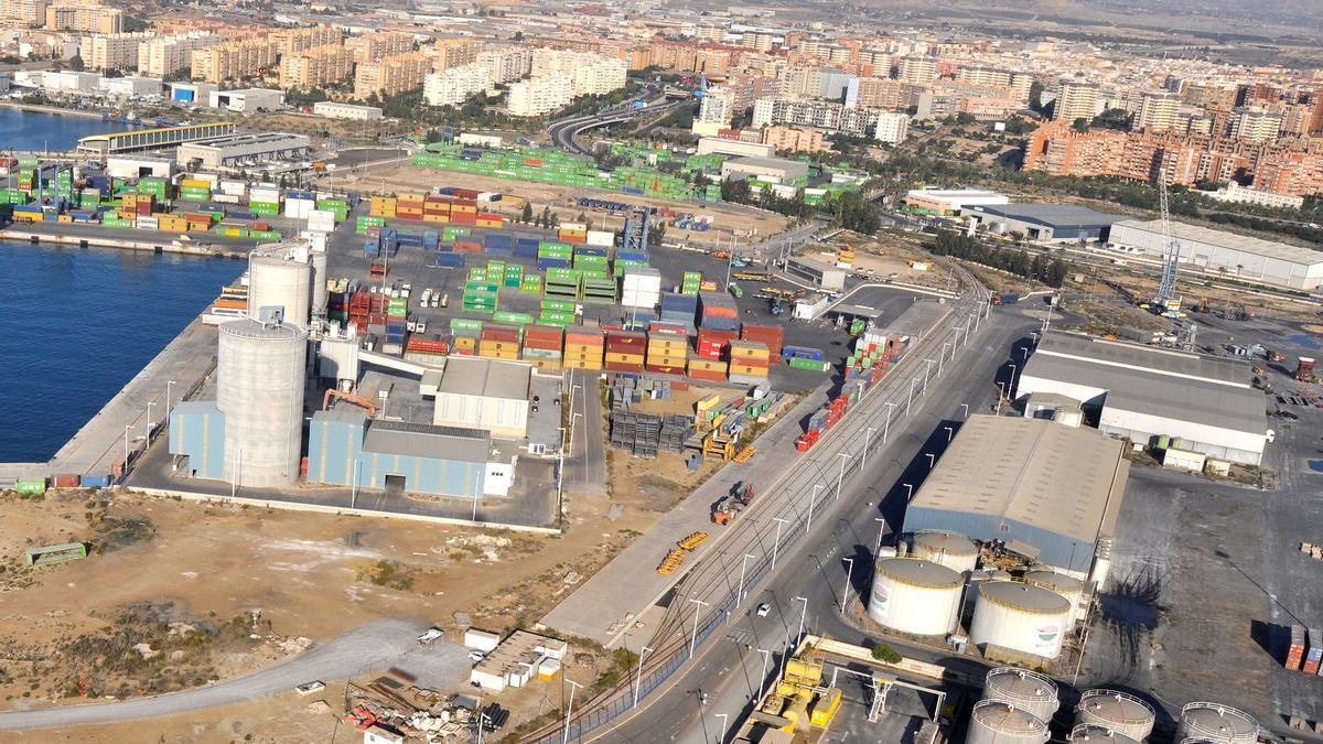 Vista aérea de la zona logística del puerto de Alicante en la que está la terminal ferroviaria