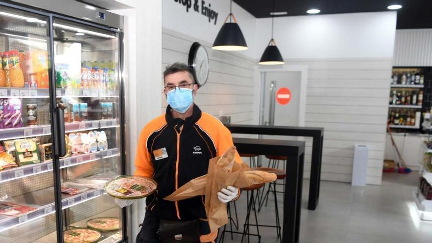 La comarca mantiene once gasolineras en las que comprar comida en carretera