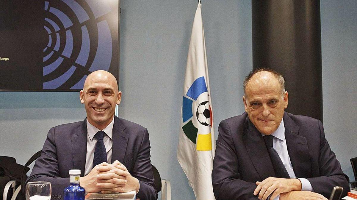 Luis Rubiales, presidente de la FEF, con Javier Tebas, máximo dirigente de LaLiga.