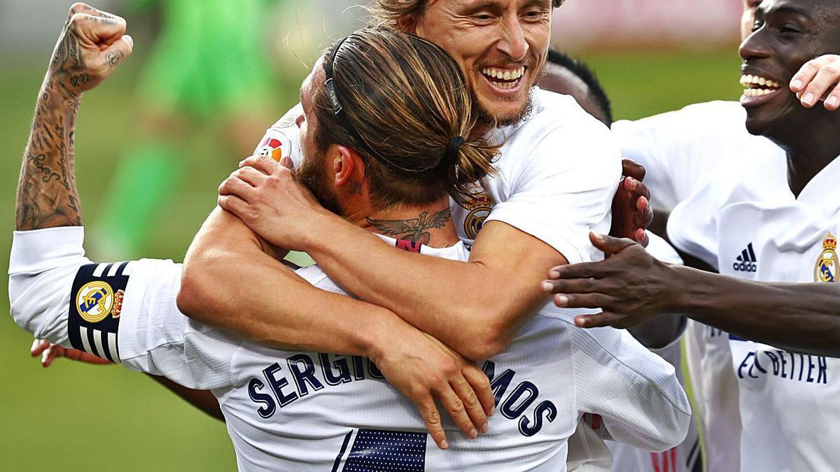 Luka Módric se abraza a Sergio Ramos tras anotar el tercer gol del Rel Madrid en el Camp Nou. |  // EPA
