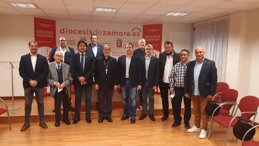 El obispo recibe a la nueva directiva del Santo Entierro de Zamora