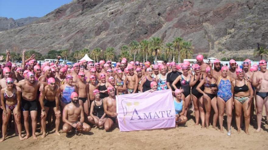 Nadadores solidarios en un océano rosa