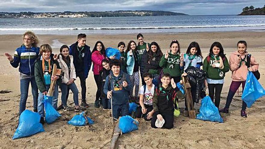 Una veintena de 'scouts' dedican la mañana a retirar basura de la playa Grande de Miño