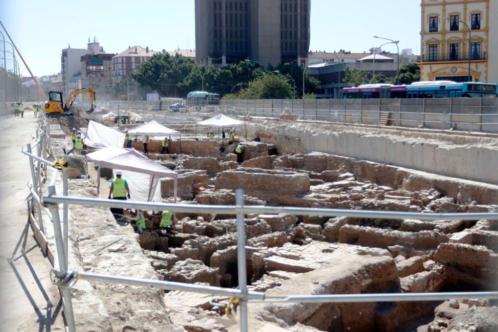 Varias vistas de los restos arqueológicos encontrados en las obras del metro en la avenida de Andalucía.