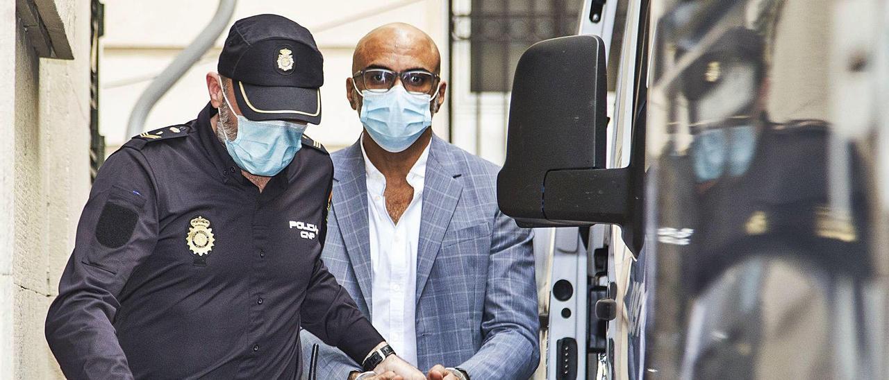El acusado este martes a su llegada a la Audiencia de Alicante para afrontar el juicio.