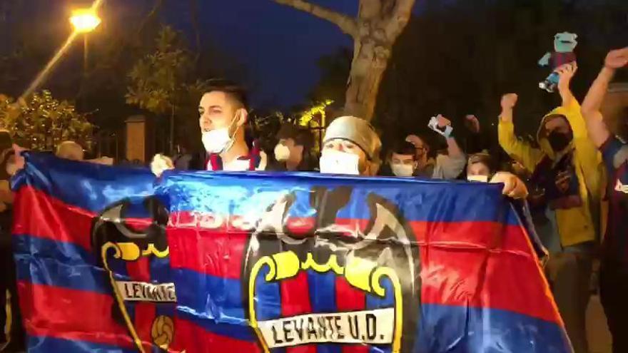Cánticos de 'Sí se puede' en el recibimiento al Levante UD
