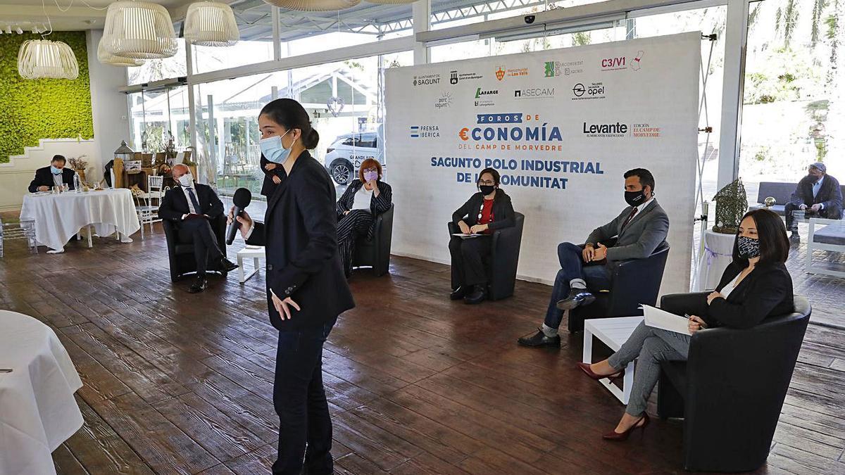 La directora de Levante-EMV, Lydia del Canto, interviene en un Foro en Sagunto en 2020.   DANIEL TORTAJADA