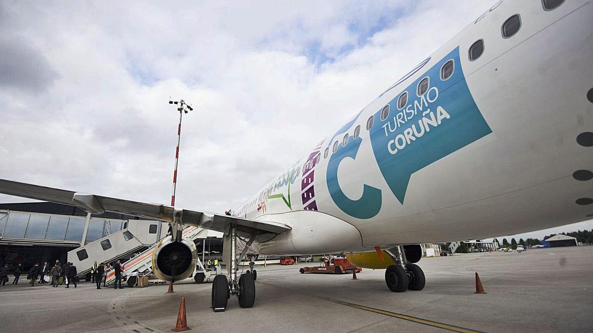 Un avión de Vueling en el aeropuerto de Alvedro.    // 13FOTOS