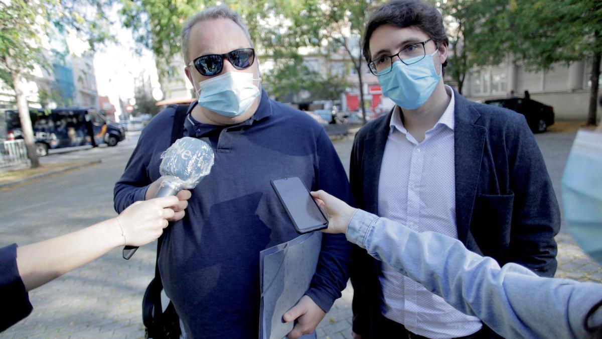 Carlos Babío y Manuel Pérez Lorenzo, a la entrada de los juzgados.