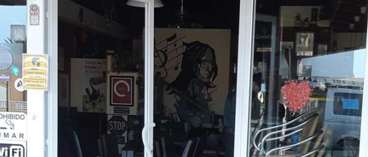 Estado de las puertas de uno de los establecimientos asaltados por los ladrones en Corralejo.