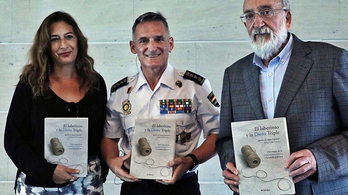 El comisario Del Olmo, escoltado por Amparo Tórtola y su editor, Marcos G. Zacarés. | MIGUEL ÁNGEL MONTESINOS
