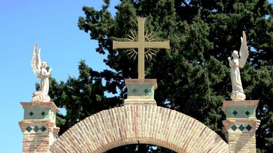 Viola a una mujer discapacitada sobre una lápida en un cementerio de Murcia