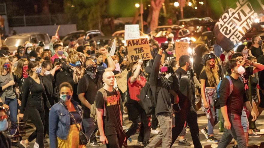 Arrollan con dos vehículos a los participantes en protestas raciales en Hollywood