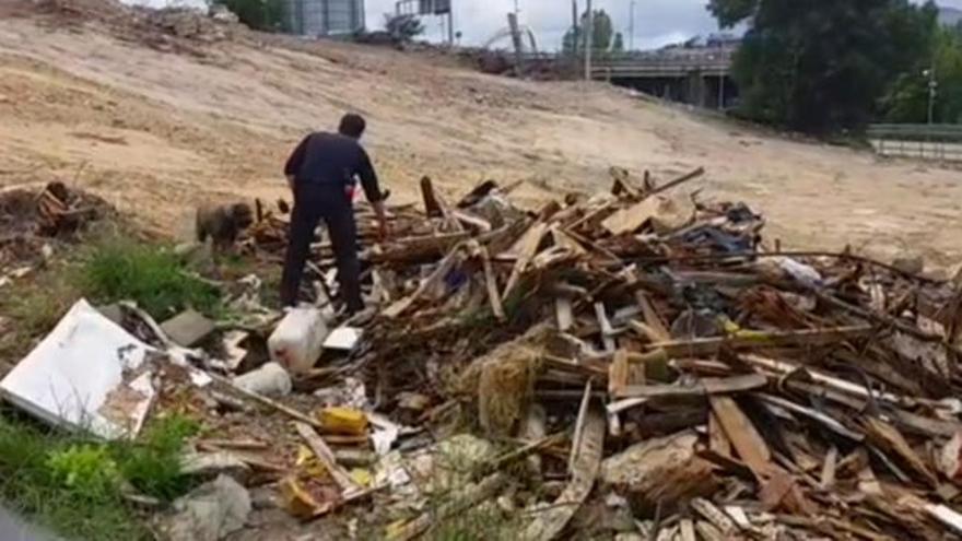 Perros adiestrados buscan rastro de la ourensana desaparecida en un solar donde se derribaron viviendas