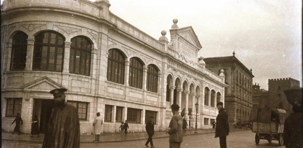 La nueva Pescaderia Municipal recien inaugurada en 1930, aunque en su fachada figura 1928 el a�o del comienzo de las obras..jpg