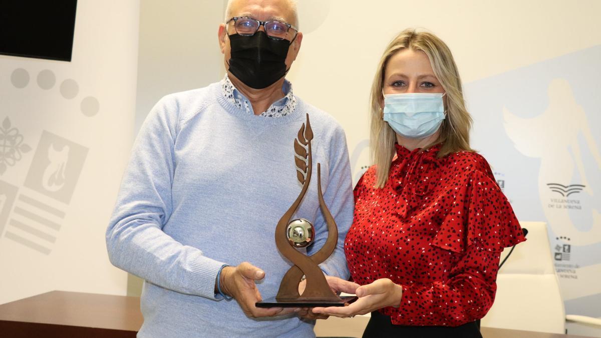 Miguel Sansón y la concejala Mónica Calurano muestran la réplica de la escultura dedicada al premio Felipe Trigo.