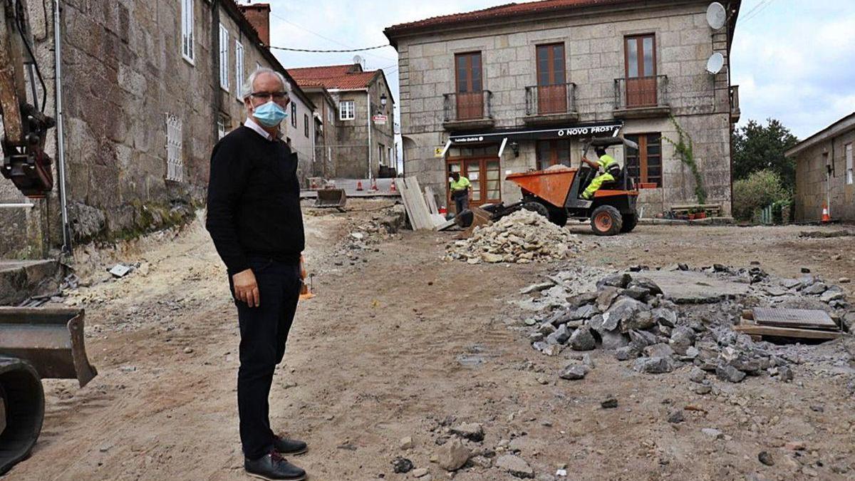 El alcalde de A Lama, Jorge Canda, en el arranque de las obras.