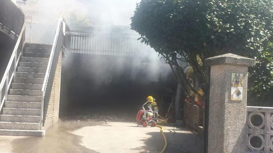 Un incendio en un garaje particular obliga a cortar la carretera en Marcón
