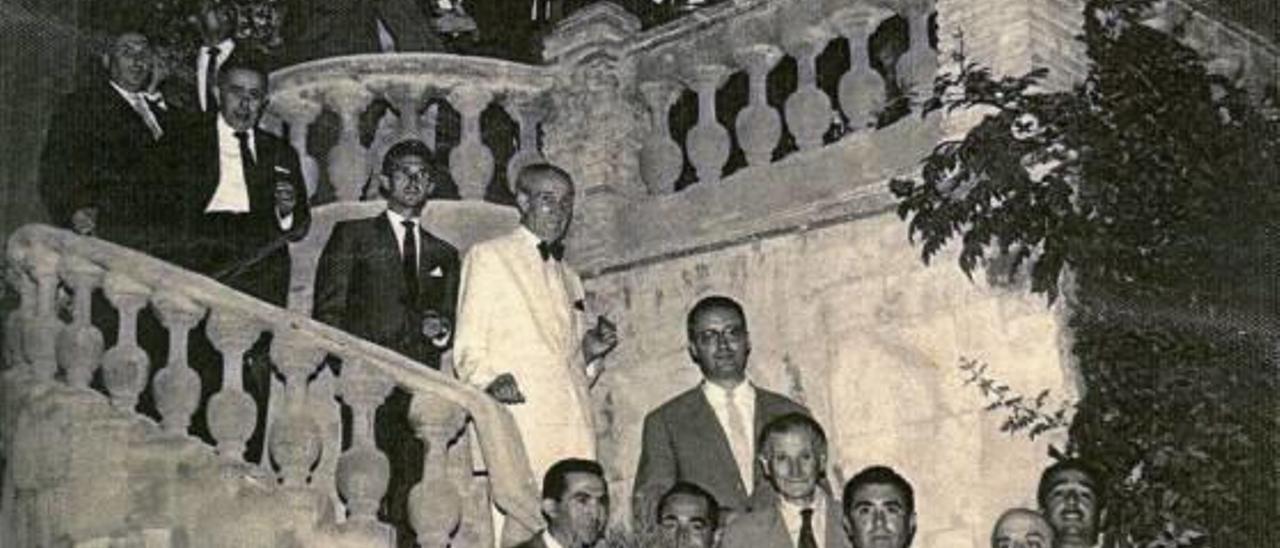 Socios del Círculo Setabense con la correspondiente etiqueta, en una imagen del archivo de A. Lopez.