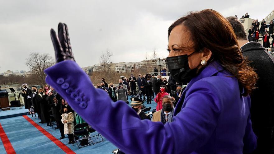 Kamala Harris hace historia al jurar su cargo como primera vicepresidenta de EEUU
